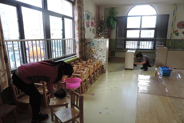 2016年2月26日,離新學期開學還有一天時間,為了迎接孩子們的到來,讓孩子們能有一個溫馨、舒適的學習生活環境,全體教職工開始整個校園的大掃除活動。 老師們拎起清潔工具,不怕苦、不怕臟、不怕累,大家手持掃把、拖把,拎著水桶,掃的掃、抹的抹、拖的拖、洗的洗,大家爭著搶著干,對整個幼兒園的進行了徹底的大掃除,爭取做到不留死角,不留盲區。打掃完衛生,各班級將教室內的桌椅擺放整齊,玩具清洗干凈,對班級的環境布置也進行了更換,在大家的努力下,整個幼兒園煥然一新,我們以嶄新的面貌迎接新學期的到來。 整個大掃除活動,