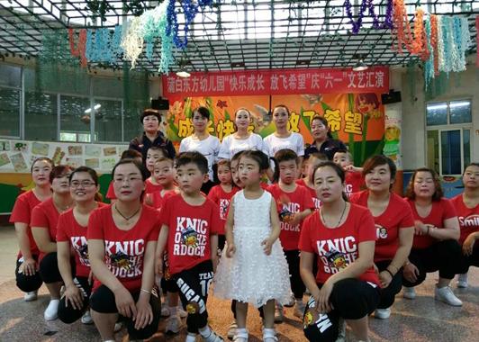 孩子们优美的舞姿充满了童真,可爱的笑脸赢得了台下家长们的阵阵掌声